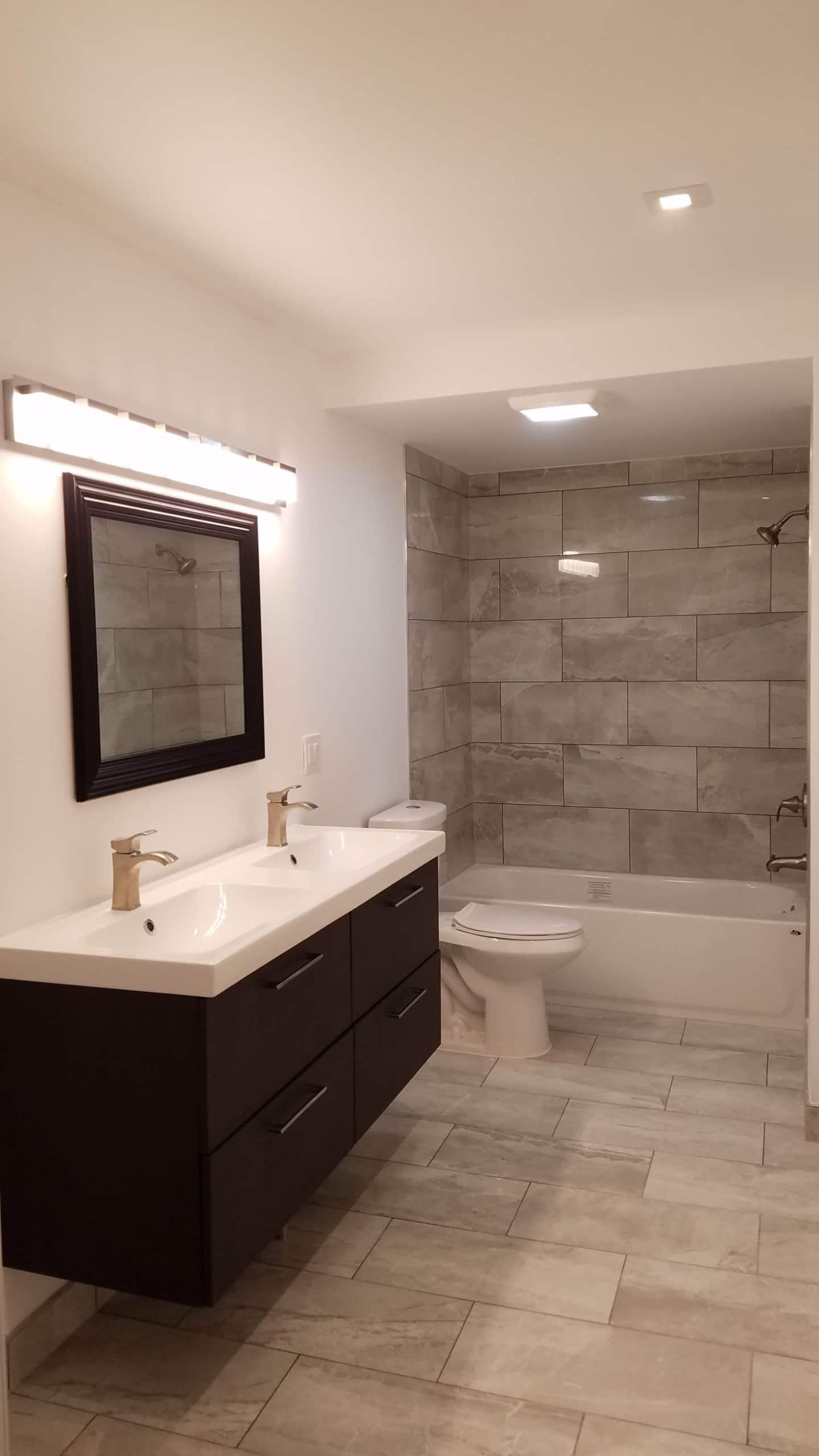 Big tiled Bathroom with Sink
